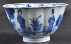 瓷器 康熙青花庭院侍女纹瓜棱型小碗 此碗口部呈菱口